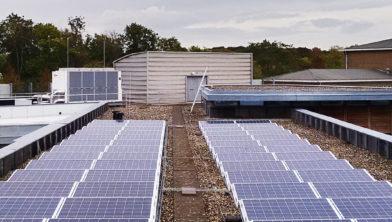Zonnepanelen op het dak van De Houttuinen.