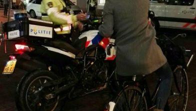 Een agent roept een Haarlemse fietser tot de orde.