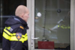 Haarlem – De politie is donderdagochtend een onderzoek gestart nadat er een mogelijk kogelgat werd aangetroffen in een raam. Het gat zit in het raam van het pand van Ymere aan de Jetty Velustraat in Haarlem. Medewerkers van de Forensische Opsporing hebben uitgebreid onderzoek gedaan en een deel van het pand was daardoor met lint afgezet. Speciale speurhonden die getraind zijn om naar explosieve te zoeken hebben in de omgeving naar sporen gezocht. Woordvoerster Petri Koenen van de politie wilde nog niet bevestigen of het daadwerkelijk om een kogelgat gaat. Wel roept ze getuigen op die woensdagavond en of nacht iets verdachts hebben gezien of gehoord zicht te melden bij de politie.
