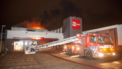 Grote vlammen bij de Dekamarkt.