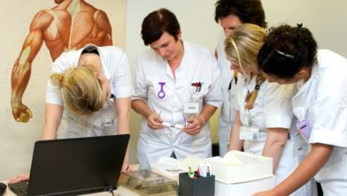 Verpleegkundigen bezig in een escaperoom.