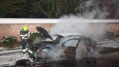 Autobrand is vermoedelijk aangestoken.