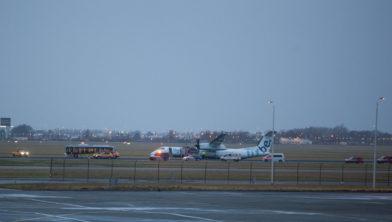 Het toestel staat scheef na de landing.