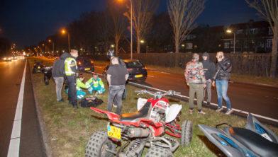De gewonde rijder krijgt behandeling.