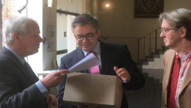 Ton van der Voort biedt de 12.000 handtekeningen aan.