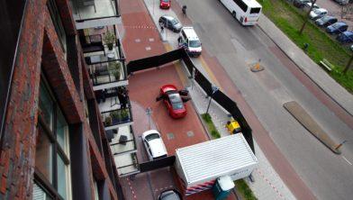 De rode auto wordt onderzocht.