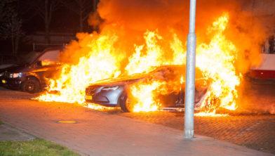Flinke vlammen bij de autobranden.