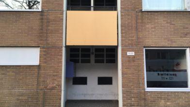 Het balkon waar het jongetje vanaf viel.