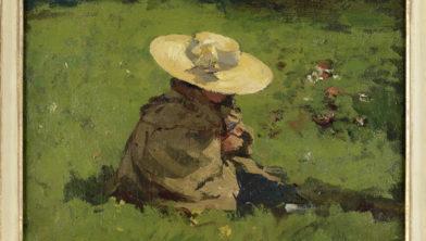 Jong meisje met mantel en strooien hoed, zittend in het gras. Dochter van de kunstenaar.