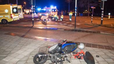 De scooter ligt flink in de kreukels bij de Jan Gijzenkade.