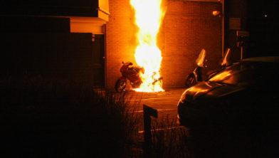 Metershoge vlammen bij een brand in de P.C. Boutensstraat.