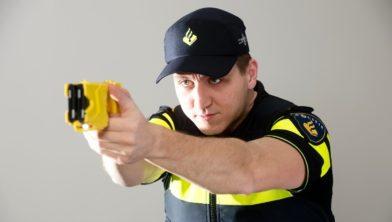 Agent met stroomstootwapen.