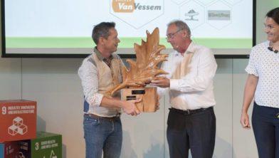 Jos Huijbregts van bakkerij Van Vessem met de prijs.