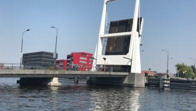 De Waarderbrug blijft open staan.