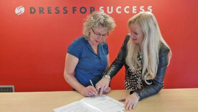 Corina Koekenbier en Margriet Kuiper zetten hun handtekeningen