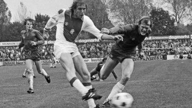 Piet Huijg met Ajax-speler Henning Jensen in 1979