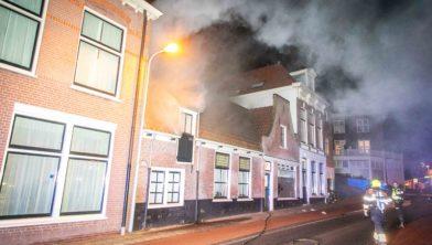OVERVEEN - In een woning aan de Zijlweg in Overveen is vanavond brand ontstaan.Volgens een woordvoerder van de Veiligheidsregio komt er veel rook onder het dak vandaan. Op foto's is te zien dat er gedeelte van de straat blauw staat.  Een bluswagen is op dit moment aanwezig om te controleren waar de brand vandaan komt.  Inmiddels is de brandweer bezig met blussen. Er is niemand meer in het pand aanwezig.