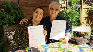Ziba Homaei en Saeid Shamseddin met hun  diploma Verzorgende IG