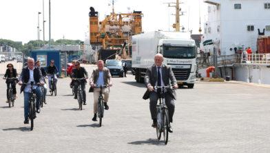Minister Ferdinand Grapperhaus op de fiets door IJmuiden