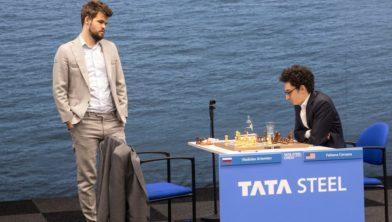 De nummers 1 en 2 van de wereld: Magnus Carlsen (staand) en Fabiano Caruana