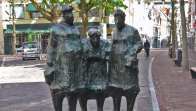 Standbeeld 'Winkelen' in  in Haarlem, de eerste opdracht voor een bronzen beeld van Kees Verkade