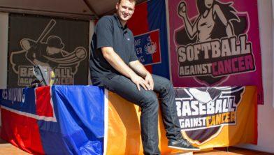 Swen Huijer in zijn stand op het Honkbalweekterrein