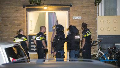Een arrestatieteam haalt de messteker uit huis.