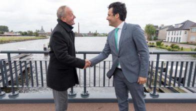 Bob Graal (li) en Adam Elzakalai feliciteren elkaar met deze mijlpaal op de Bietenbrug