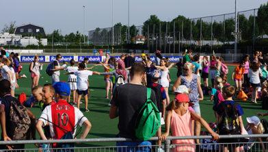 Honderden kinderen sporten in de hitte voor het goede doel