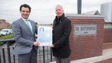 Adam Elzakalai en Bob Graal met het Ontwerp-koersdocument op de Bietenbrug.