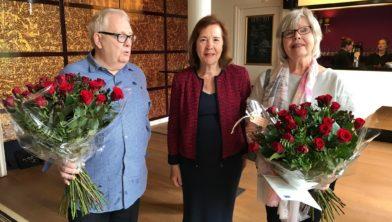 Natuurlijk rode rozen voor beide jubilarissen naast Tineke Netelenbos