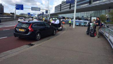 Handhavers (in gele hesjes) wachten valet parking chauffeurs op om ze te beboeten