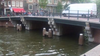 Vanaf 26 september draagt deze brug de naam van Joes Kloppenburg
