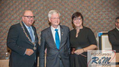 Theo Weterings met links loco-burgemeester John Nederstigt en rechts Mieke Booij