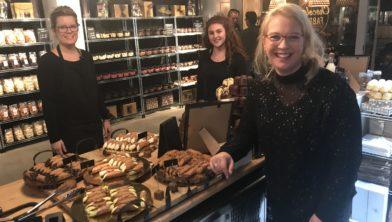 Marja Schutte, Tessa Beijer en Marissa Meulstee-Kok, de gezichten van YAM, staan de komende weken in de Chocoladefabriek van Harderwijk.