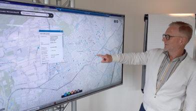 Wethouder De Vries met de nieuwe digitale kaart.