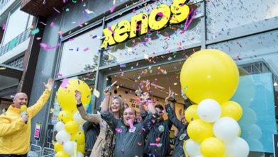 Winkelmanager Gad en Xenos directeur Linda Keijzer openen vernieuwde winkel in Heemskerk