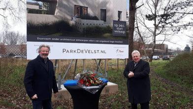 Wethouder Krijn Rijke en Winfred de Nijs van Bouwbedrijf De Nijs hebben de koopovereenkomst ondertekend.