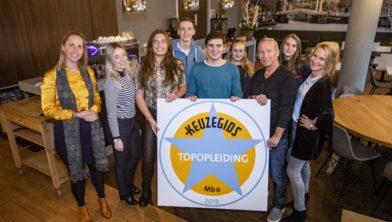 Haarlem - Overhandiging bord Nova College Topopleiding keuzegids 2019