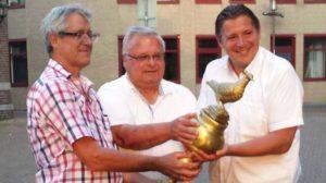 Burgemeester Ralf Krewinkel (rechts) neemt de vredesduif in ontvangst uit handen van 'Bürgermeister' Franz Kukla en 'Hauptamtsleiter' Heinz Gerhards (links) uit Gundelfingen an der Donau.