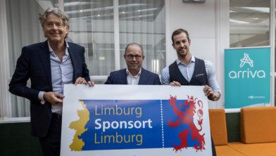 Vlnr: Anne Hettinga van Arriva Nederland, Ger Koopmans van Provincie Limburg en zwemmer Joeri Verlinden.