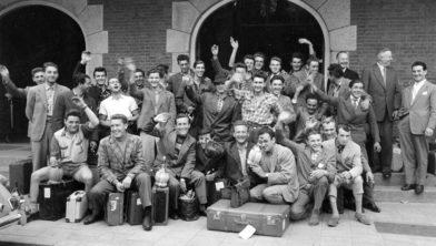 Italiaanse gastarbeiders voor de mijn Julia arriveren op station Maastricht, 1956 (collectie: Continium)