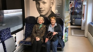 Cathy Bjornsgaard en Marjan Oude Nijhuis reizen mee in de Arriva trein van de Amerikaanse Begraafplaats Margraten