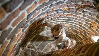 Meisje (5 jr) beklimt de middeleeuwse toren in Kasteel Hoensbroek.