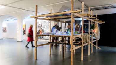 Werk van Funda Gül Özcan It is Time to Say Hello at the East Pole (2016), momenteel te zien bij SCHUNCK.