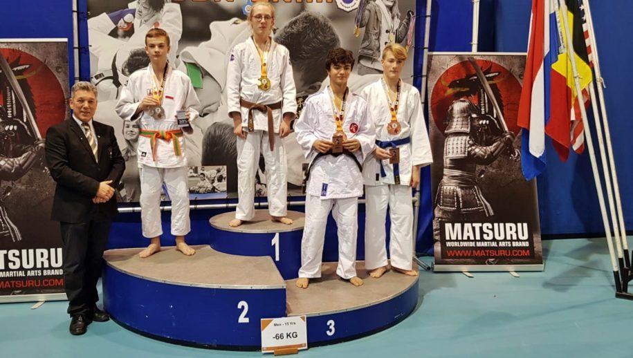 Thijmen Hermans op de hoogste podiumtrede bij de Matsuru Dutch Open Espoir in Eindhoven.