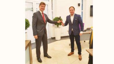 Roel Wever (l) neemt de voorzittershamer over van Richard de Boer (r).