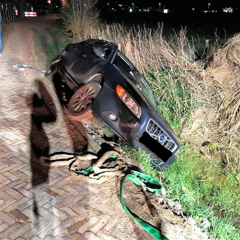 Auto raakt van de weg in Nes
