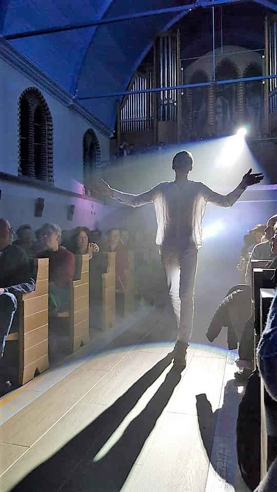 NES - In de Sint Clemenskerk in Nes stond Goede Vrijdag The Passion Ameland op het programma. Alle voorstellingen waren uitverkocht.