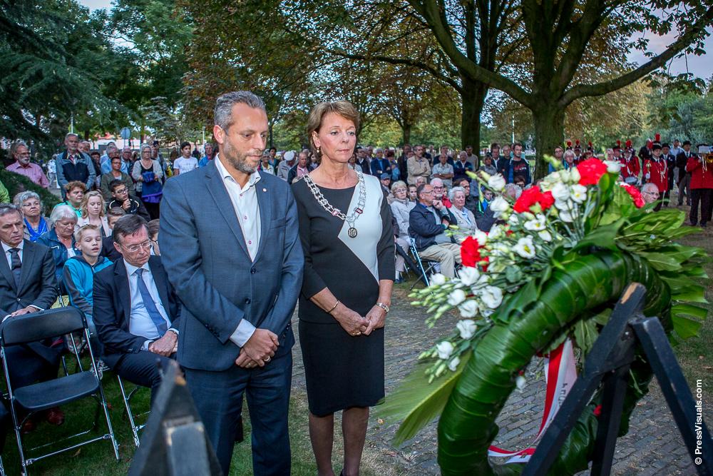 Kranslegging door burgemeester Blanksma-van den Heuvel en loco-burgemeester De Vries